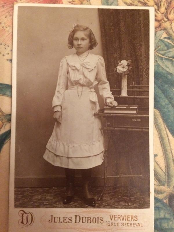 Foto's | Meisjes | 1850 - Foto  van mooi jong meisje met mooi schortje | Jules Dubois Anvier