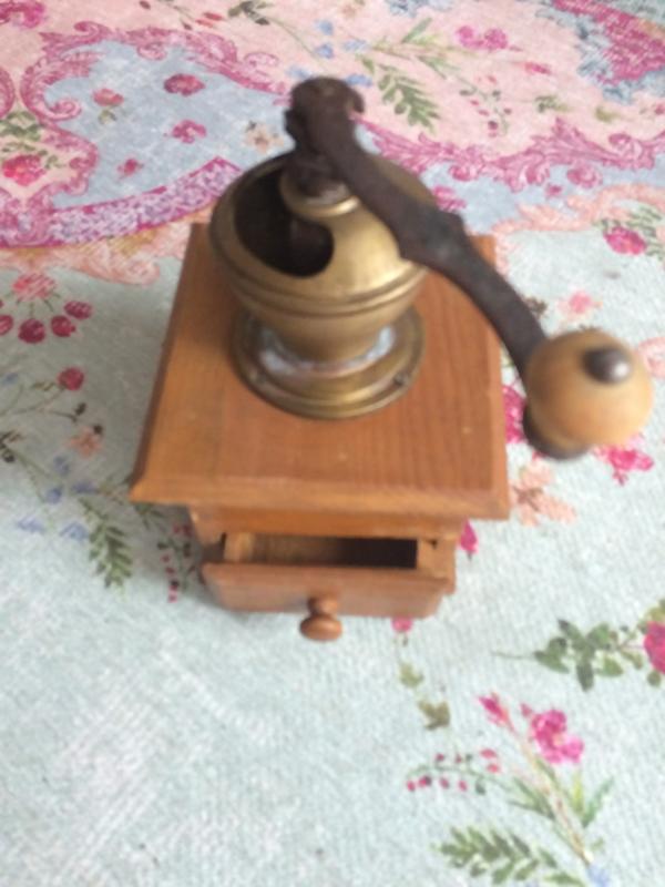 Antieke koffiemolen van hout en koper | 1900-1910