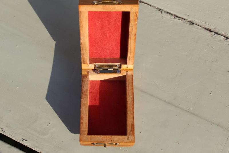 "1950   Klein oud olijfhouten doosje met de tekst ""Jeruzalem"""