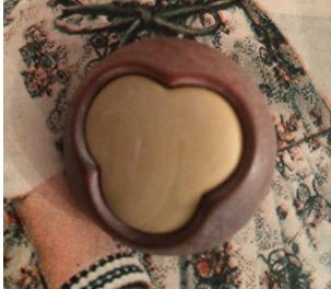 Knopen | Beige & bruin 30 mm in de vorm van een klavertje  met haakje | vintage jaren '50