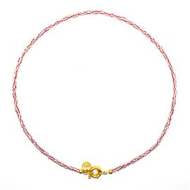 Kettinkje met goudkleurig slotje en rood met witte kraaltjes