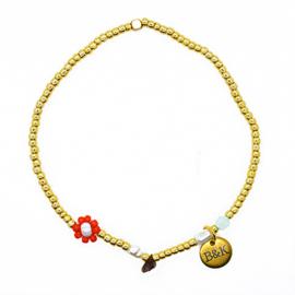 Armbandje met goudkleurige kraaltjes, rood bloemetje en pareltjes