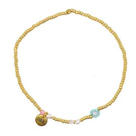 Enkelbandje met goudkleurige kraaltjes, blauw bloemetje, roze en wit steentje en pareltjes