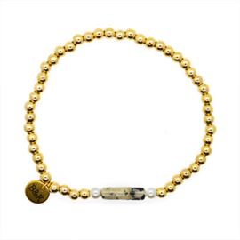 Armbandje met steentje, pareltjes en goudkleurige kraaltjes