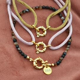 Armbandje met goudkleurig slotje en bruine kraaltjes