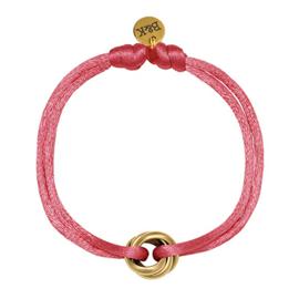 Armbandje met goudkleurige ringetjes en roze satijnen bandje