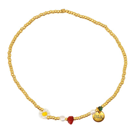 Enkelbandje met goudkleurige kraaltjes, wit met geel bloemetje, groen en rood steentje en pareltjes