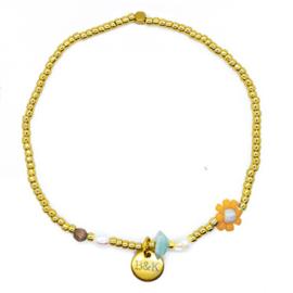 Armbandje met goudkleurige kraaltjes, geel bloemetje en pareltjes