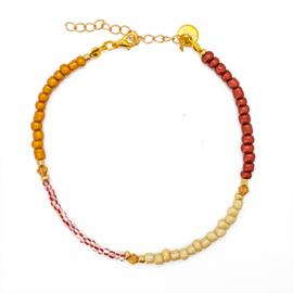 Enkelbandje rood, beige, okergeel en goudkleurige kraaltjes