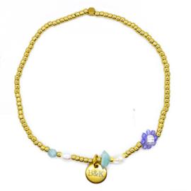 Armbandje met goudkleurige kraaltjes, paars bloemetje en pareltjes