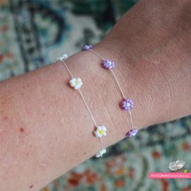 Armbandje met madeliefjes lila en wit