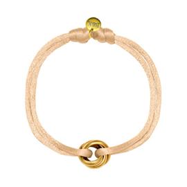 Armbandje met goudkleurige ringetjes en lichtroze satijnen bandje