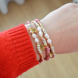 Armbandjes met parels en goudkleurige, beige en roze kraaltjes
