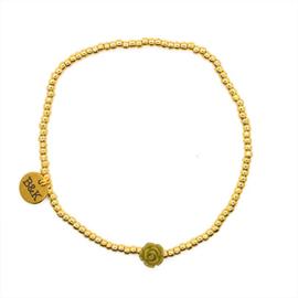 Armbandje met groen bloemetje en goudkleurige kraaltjes