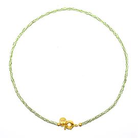 Kettinkje met goudkleurig slotje en groen met witte kraaltjes