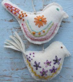 Vogels met borduurwerk
