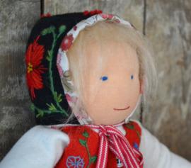 Zweeds poppenmutsje met borduurwerk