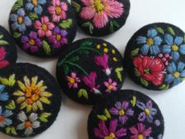 Broche met borduurwerk van Muhu (Estland)
