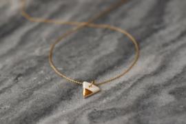 Driehoekige porseleinen keramiek hanger met 24 karaats gouden luster en een 24 karaats vergulde zilveren ring