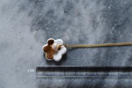 24-karaats vergulde zilveren ketting met een porseleinen bloemenhanger en een zoetwaterparel