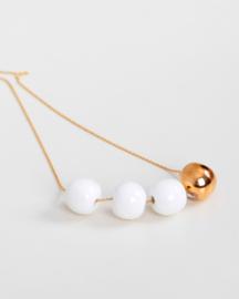 24-karaats vergulde ketting met 4 porseleinen keramische kralen, een met een 24-karaats gouden glans