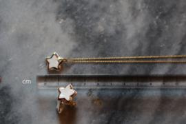Een set van een ketting met stervormige hanger en ster oorknopjes gemaakt van porselein