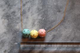 24-karaats vergulde ketting met 3 porseleinen kralen met een 24-karaats gouden glans afwerking