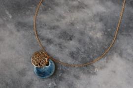 Handgemaakte blauwe porseleinen hanger met goldfilled ornament en een goldfilled zilveren ketting