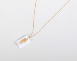 24k goldfilled ketting met een porseleinen hanger, een olijftak 24k goldfilled tussenstuk en een prachtige zoetwaterparel