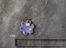 24-karaats vergulde ketting met hanger van geglazuurd porselein, 24-karaats gouden glans en een zoetwaterparel