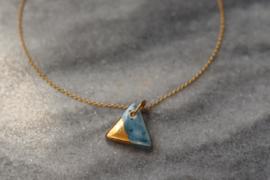 Porseleinen ketting, sieraden van keramiek porselein, hanger van blauw porselein met gouden glans.