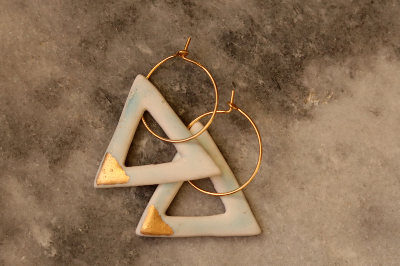 24k goud gevulde oorbellen met lichtblauwe porseleinen driehoek hanger