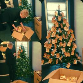 De kerstboom versieren met kerstgelukjes