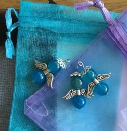 Blauw geluksengeltje van natuursteen met organza zakje
