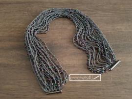 Gehaakte halsketting met kralen en zwarte magneetsluiting