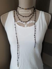 Gehaakte halsketting met kralen en antiek bronzen bedeltjes
