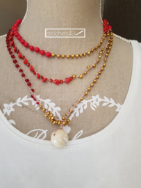 Gehaakte halsketting met kralen goud en rood