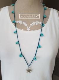 Blauwe gehaakte halsketting met keramiek kralen en grote ster