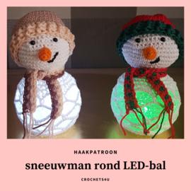 Haakpatroon sneeuwman rond LED-bol