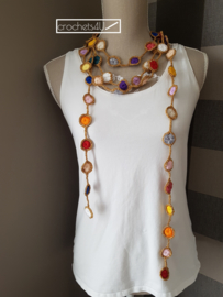 Gratis haakpatroon gehaakte halsketting met gekleurde cirkeltjes