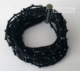 Zwarte gehaakte armband met kralen en magneetsluiting boho stijl