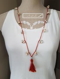 Rode gehaakte halsketting met schelpen en kwastje