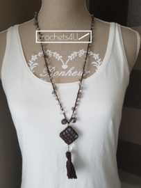 Bruine gehaakte halsketting met omhaakte glazen hanger