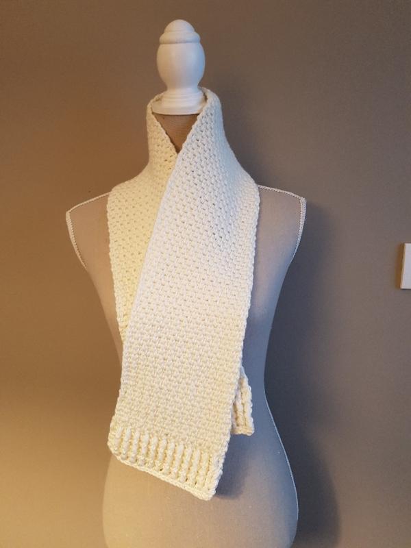 Gratis haakpatroon sjaal in granietsteek met boord