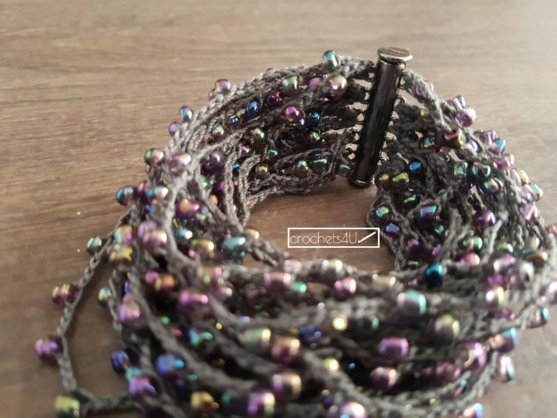 Werken Met Kralen.Gehaakte Armband Met Kralen En Zwarte Magneetsluiting