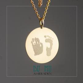 Gouden munt met hand en voetafdruk