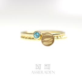 Haarlok-ring goud met balletjes en stapelring geboortesteen