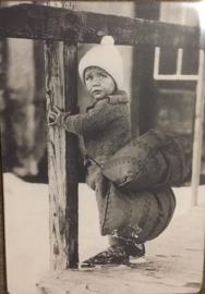 Nostalgisch bordje K8 Jongetje op schaats met kussen