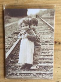 Nostalgisch bordje 8 Foto kindjes op spoorlijn