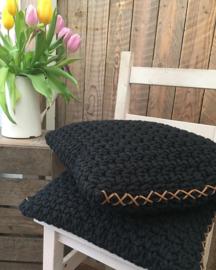 Stoere zwarte kussens met veter of in een kleur naar keuze